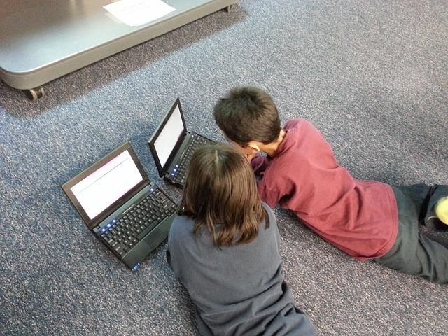 dzieci z komputerami